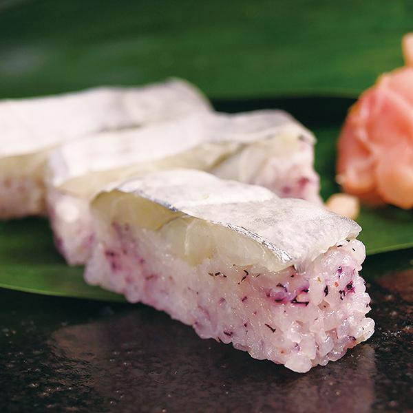 写真:おっぱ寿司(太刀魚かぶら寿司)